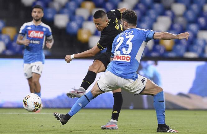 I AKSJON: Alexis Sánchez (med skuddfoten) spilte i 72 minutter da kampen mellom Napoli og Inter endte 1-1 lørdag kveld. Foto: NTB scanpix
