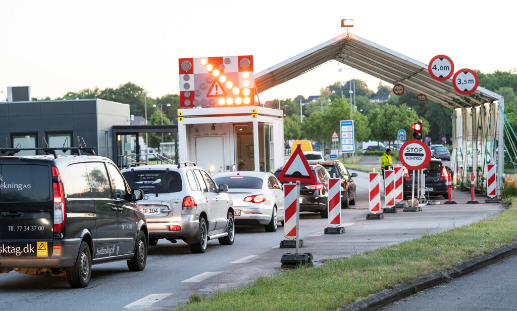 KØ: Det meldes om syv til åtte kilometers kø ved grenseovergangen fra Tyskland i Frøslev mandag morgen. Foto: Reuters / NTB scanpix