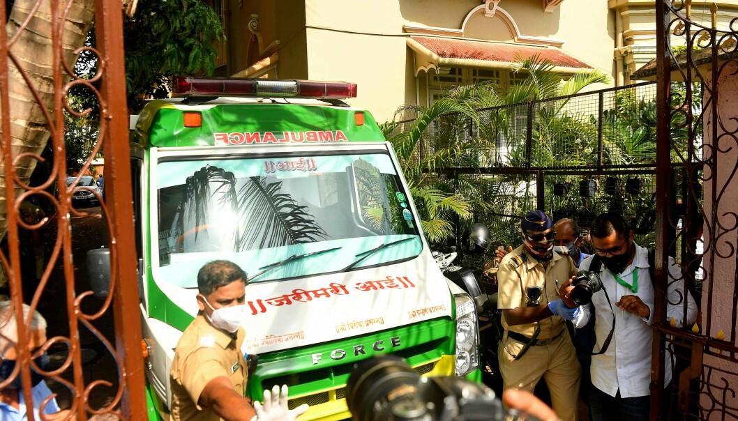 DØDE HJEMME: Skuespilleren skal ha tatt sitt eget liv. Her er ambulanse på stedet etter at han ble funnet død. Foto: NTB scanpix