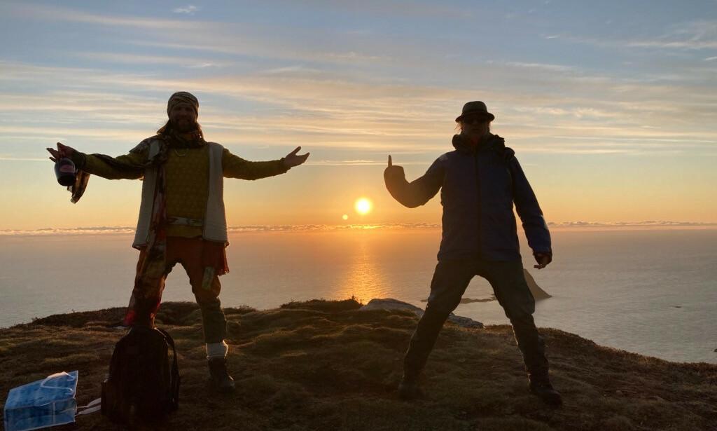 MIDNATTSSOL: - Vakrere sted enn Bleik på Andøya finner du ikke, sier Alex Rosen, her sammen med Aune Sand. Foto: TV 2