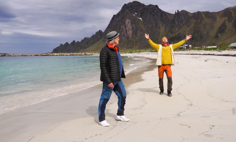 IDYLL PÅ ANDØYA: Alex Rosén (med hatt) og Aune Sand lager tv-program fra det lille stedet Bleik på Andøya. - Aune er en katalysator til folkesjela her i nord, sier Alex om sin nye bestevenn. Foto: Tord Viken