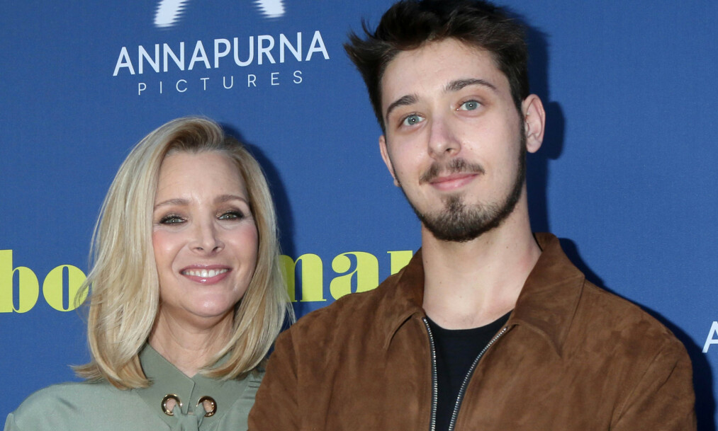 AVSLØRER: I et nylig intervju forteller «Friends»-stjernen Lisa Kudrow at hun ikke snakker med sin 22 år gamle sønn Julian (t.h.) om rollene sine. Foto: NTB Scanpix