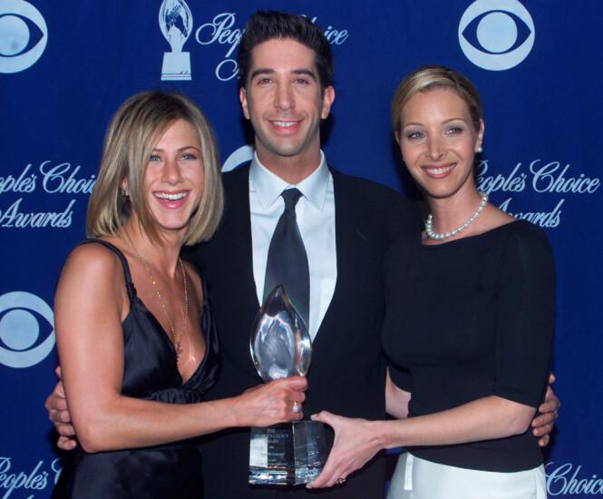 PRISVINNENDE: Jennifer Aniston, David Schwimmer og Lisa Kudrow holder prisen «Friends» vant under People's Choice Awards i 2001, i kategorien «Favorite Television Comedy Series». Foto: NTB scanpix