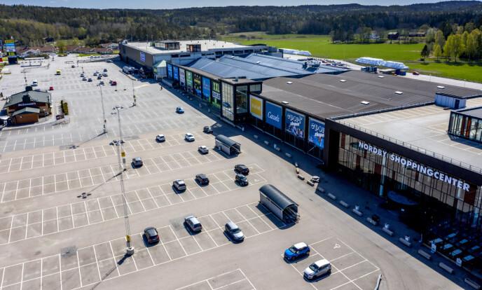 <strong>SPØKELSESBY:</strong> Vanligvis kryr det av folk på Nordby shoppingsenter. Nå er kjøpesenteret forvandlet til en spøkelsesby. Foto: Adam Ihse/TT / NTB scanpix.
