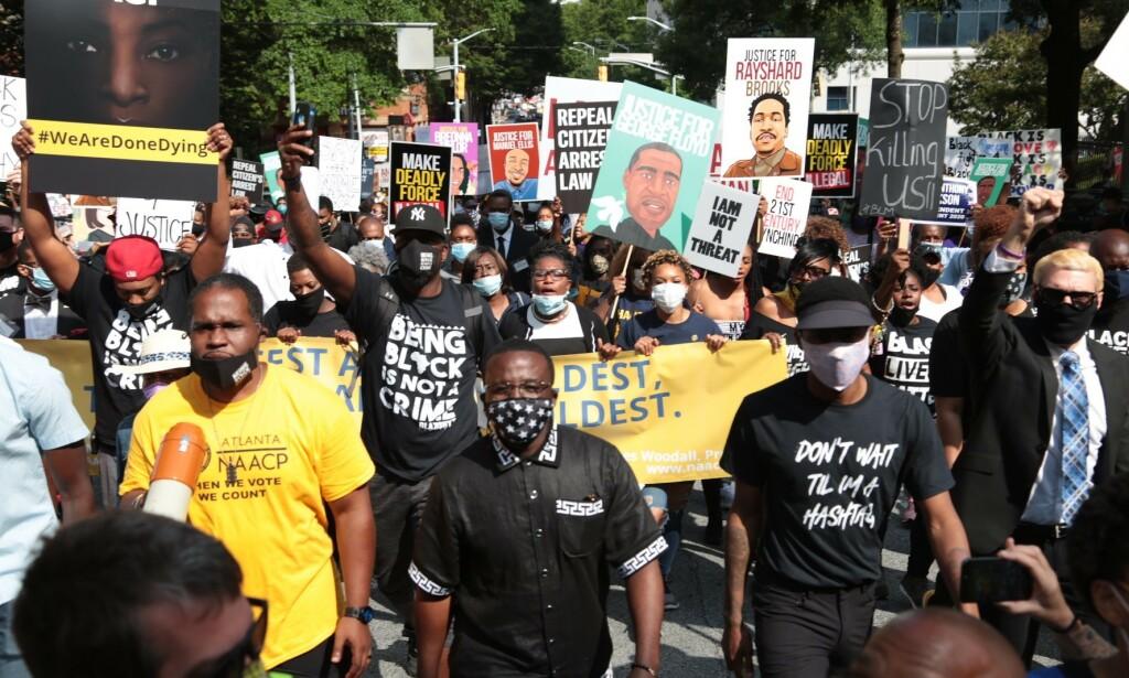 PROTESTER: Lørdag var store protester i Atlanta som følge av dødsfallet. Foto: AFP / NTB scanpix