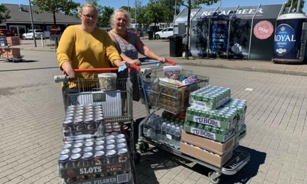 LANG HARRYTUR: Erika Frellsen (t.v.) og mor Lea Frellsen kjørte i nesten fire timer for å handle billig øl i grensebyen. Foto: Jens Anton Havskov Hansen / B.T.