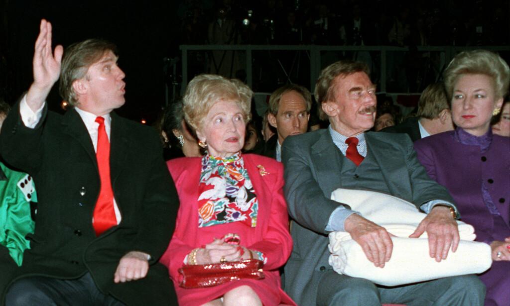 FAMILIEN: Donald Trump sammen med foreldrene, Mary og Fred senior, samt søstra Maryanne Trump Barry (t.h.) under åpningen av kasinoet hans i Atlantic City i 1990. Foto: AP Photo/Charles Rex Arbogast