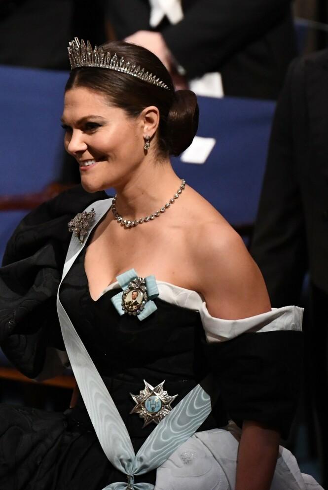 OPPSATT: Det er slik vi er vane med å se kronprinsessa - med en oppsatt knute i nakken. Dette er fra Nobelpris-utdelinga i Stockholm i desember 2019. Foto: NTB Scanpix