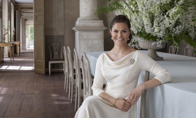NYE BILDER: Det svenske kongehuset har også delt en rekke andre bilder, men på disse har kronprinsessa oppsatt hår. Foto: Elisabeth Toll / Det svenske kongehuset