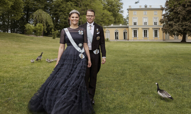 GIFT I TI ÅR: 19. juni har kronprinsesse Victoria og prins Daniel vært gift i ti år, noe som feires med nye portretter av ekteparet. Foto: Elisabeth Toll / Det svenske kongehuset