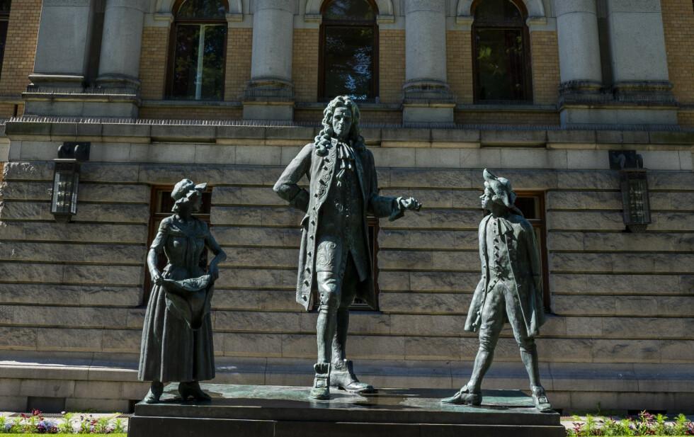 SOKKEL: Debatten om rasistiske statuer handler ikke om sensur, men om et ønske om bedre representasjon. Det er derfor hensiktsmessig å plassere Churchill og Holbergs skulpturer på norske museum, i en mer passende kontekst, skriver innsenderen. Bilde av Holberg-statuen utenfor Nationatheatret i Oslo. Foto: Håkon Mosvold Larsen / NTB Scanpix