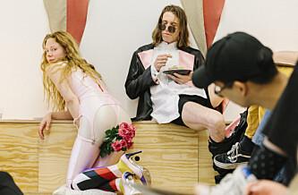 PROVOSERER: Kunstnerekteparet Siri Hjorth og Sebastian Kjølaas provoserer sørlendingene. Foto: Jan Khür