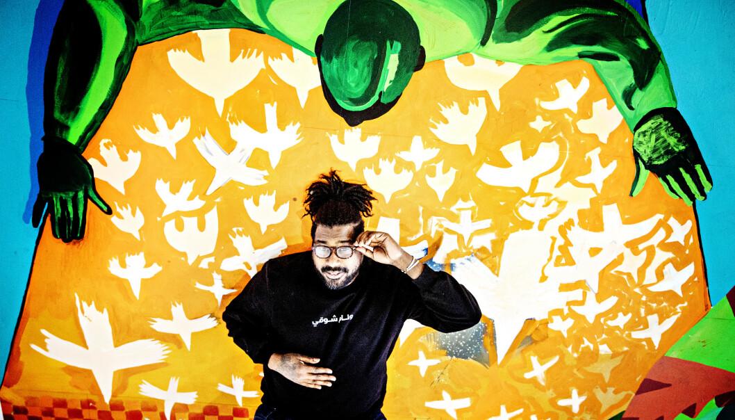 VIL GI NYE PERSPEKTIVER: Kunstneren Cassius Fadlabi (44) er invitert inn til å markere 90-års jubileet til Kunstnernes Hus i Oslo. Hans gulvmaleri inspirert av husets historie og Per Krohgs takmaleri i trappeløpet på Kunstnernes Hus. Men Fadlabi vil i tillegg dra kunsten ned på gulvet, og gi besøkende nye perspektiver. Foto: Nina Hansen / DAGBLADET