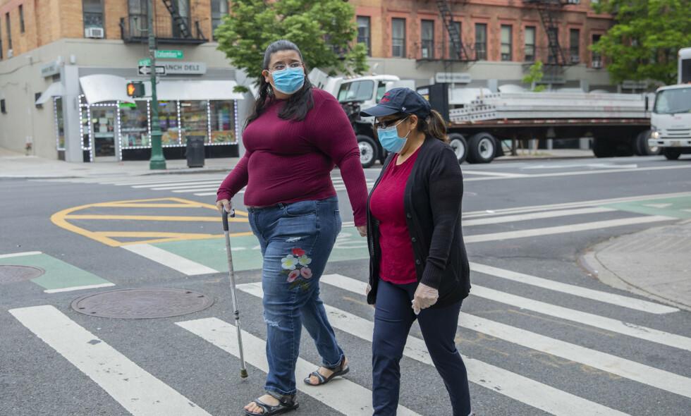 SKREVET UT: 25. mars ble Janet Mendez (t.v.) skrevet ut fra sykehuset etter nesten tre uker innlagt med coronavirus. Her er hun dagen etter, sammen med mora Maria. Foto: Calla Kessler / The New York Times