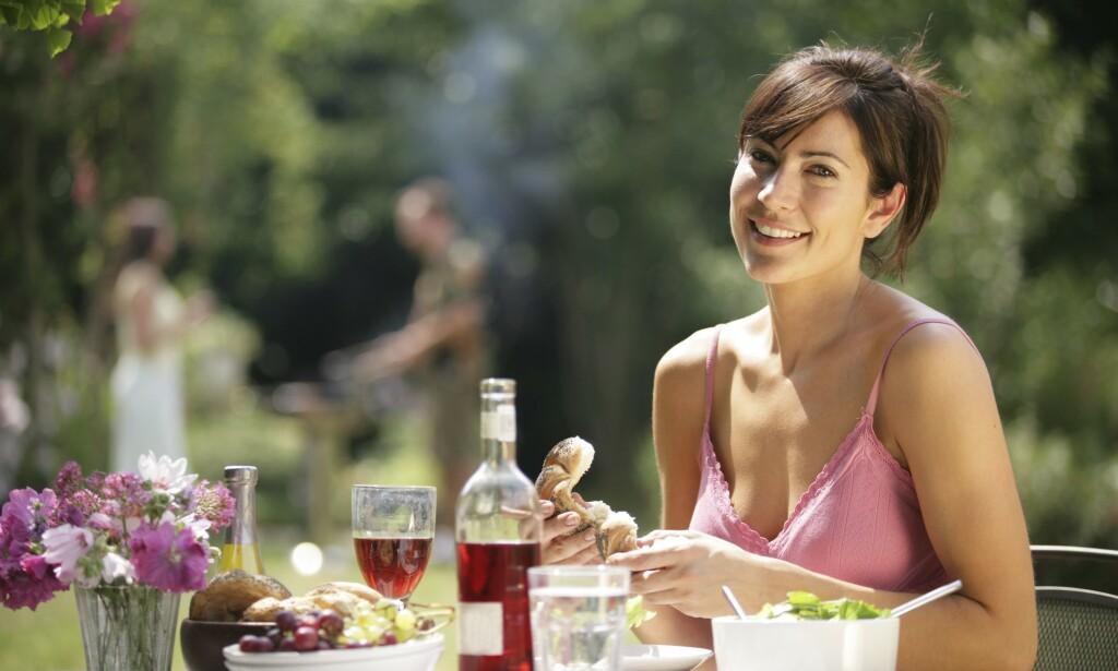 SOL OG VARME: En musserende vin gjør seg godt i sommervarmen, men en leskende rødvin kan også gjøre susen. Foto: Shutterstock / NTB Scanpix