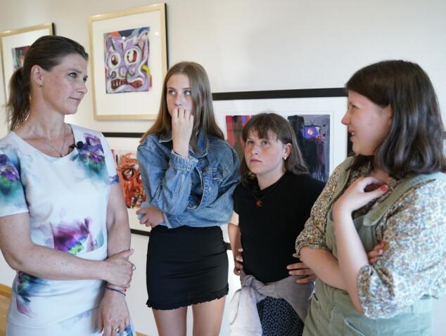 PRIVAT OMVISNING: Her er Märtha Louise og hennes tre døtre på besøk på Galleri Varden for å se Ari Behns verker. Foto: Fredrik Hagen / NTB scanpix