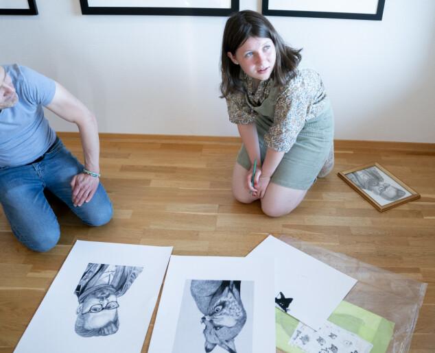BIDRAR: Maud Angelica Behn signerer tegningen hun lagde av sin far Ari Behn. Foto: Fredrik Hagen / NTB scanpix