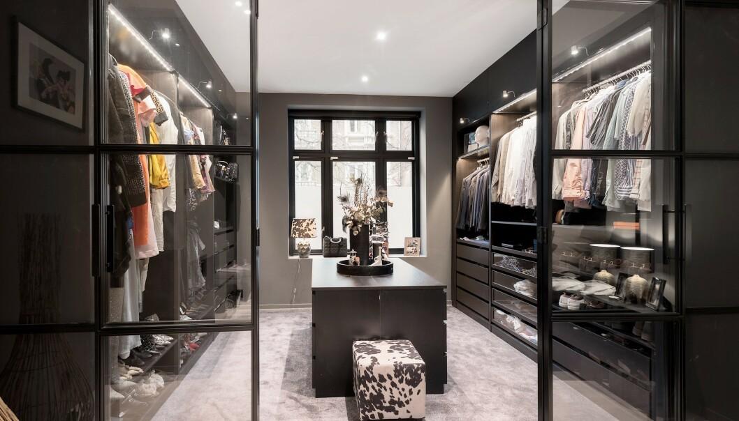 WALK IN-GARDEROBE: Katharina Andresen har nå solgt luksusleiligheten. Foto: Privatmegleren