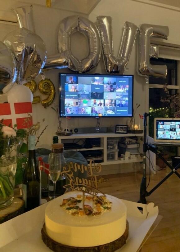 STEMNING: Gjennom Zoom kunne venner og familie følge med på bryllupsseremonien og ta del i festlighetene. FOTO: Privat