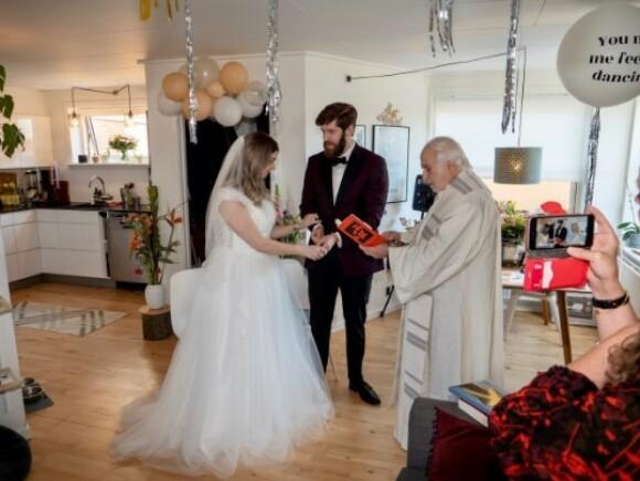 HJEMME I STUA: Bryllupsseremonien foregikk i parets hjem i Århus. Til stede var parets mødre og en katolsk prest. FOTO: Privat