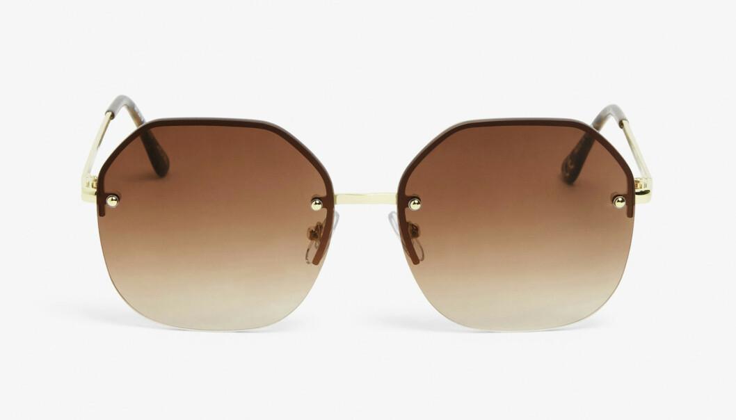 Solbriller med brunt glass (kr 150, Monki).