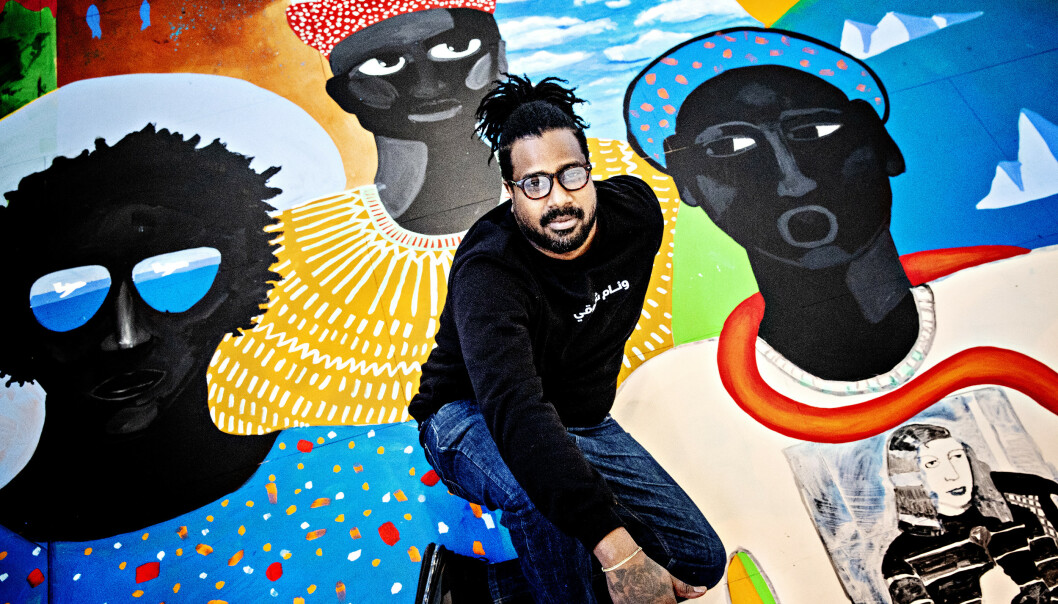 FARGERIKE BILDER: Kunstneren Cassius Fadlabi er kjent for sin fargerike kunst, mens hans egne tanker er ofte mørke. – Jeg forteller veldig triste historier, med sterke farger. Depresjonen er alltid en del av kunsten min, sier han. Foto: Nina Hansen / DAGBLADET