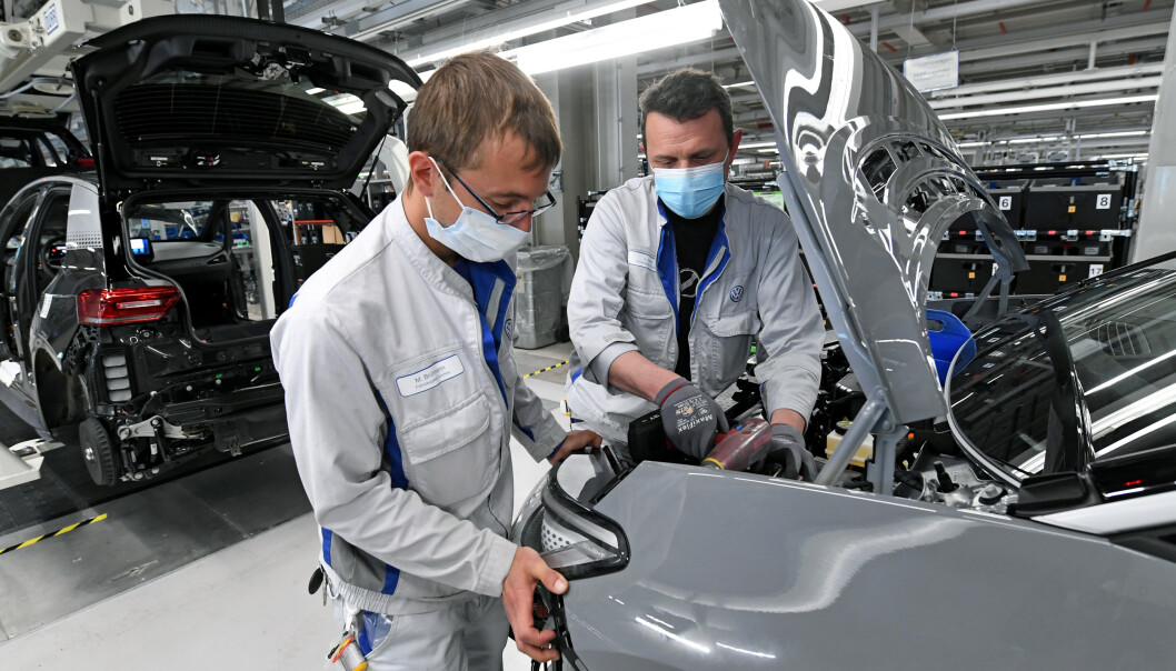 SMITTEVERN: Fabrikken er i sving igjen, men smittevernet er på plass. Foto: Reuters