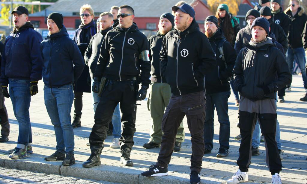 LISSEPASNING: Forbud mot rasistiske ytringer kan gjøre de organiserte rasistene til martyrer i kampen for ytringsfrihet. Det er også en lissepasning til innvandringsfiendtlige partier, som umiddelbart vil kaste seg ut i en heltemodig kamp for ytringsfriheten, skriver innsenderen. Bilde fra Den nordiske motstandsbevegelsen som høsten 2018 fikk holde torgmøte i Fredrikstad. Foto: Ørn Borgen / NTB scanpix