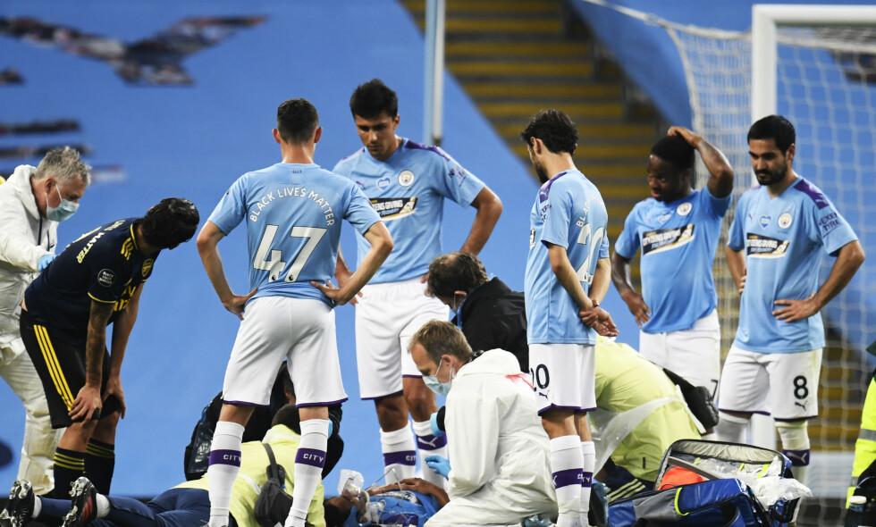 ALVORLIG: Manchester City-spiller Eric Garcia får behandling etter å ha kollidert med sin egen keeper Ederson under en Premier League-kamp. Foto: NTB Scanpix