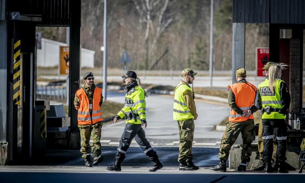 GRENSEOVERGANGEN: Politiet sjekker nå hver eneste person som passerer grensa på Svinesund fra Sverige inn i Norge. Foto: Bjørn Langsem / Dagbladet.
