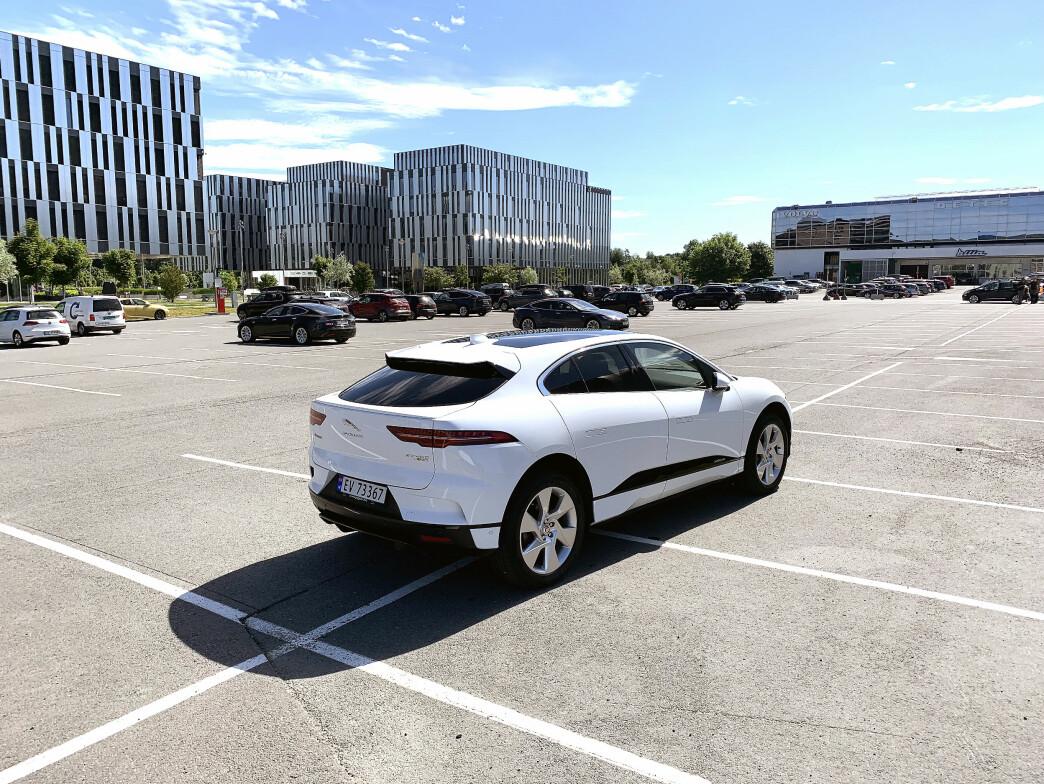 <strong>VAKKER:</strong> Jaguar I-Pace SE tar seg godt ut på en stor parkeringsplass. Hvor bra står den elektriske SUV-en seg som familiebil? Foto: Øystein B. Fossum