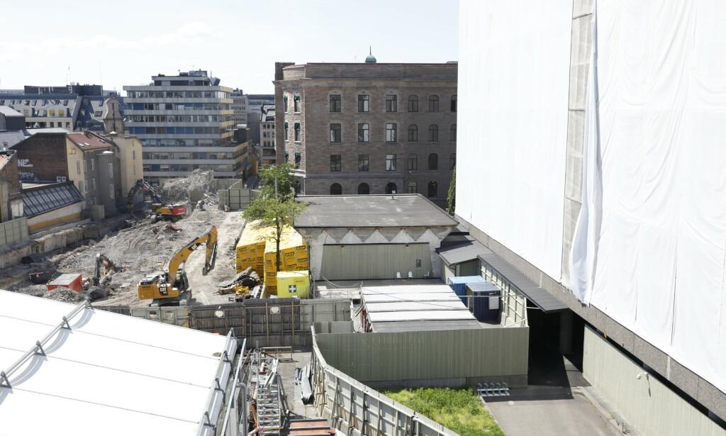BYGGEPLASS: Arbeid ved H-blokka. Sett fra taket av Y-blokka. Foto: Nina Hansen / Dagbladet