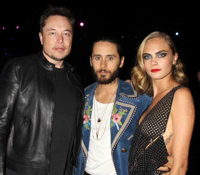TREKANTDRAMA: Her er Elon Musk avbildet sammen med Jared Leto (midten) og Cara Delevingne i 2016. Nå hevder Johnny Depp at ekskona Amber Heard har hatt trekant med Musk og Delevingne.