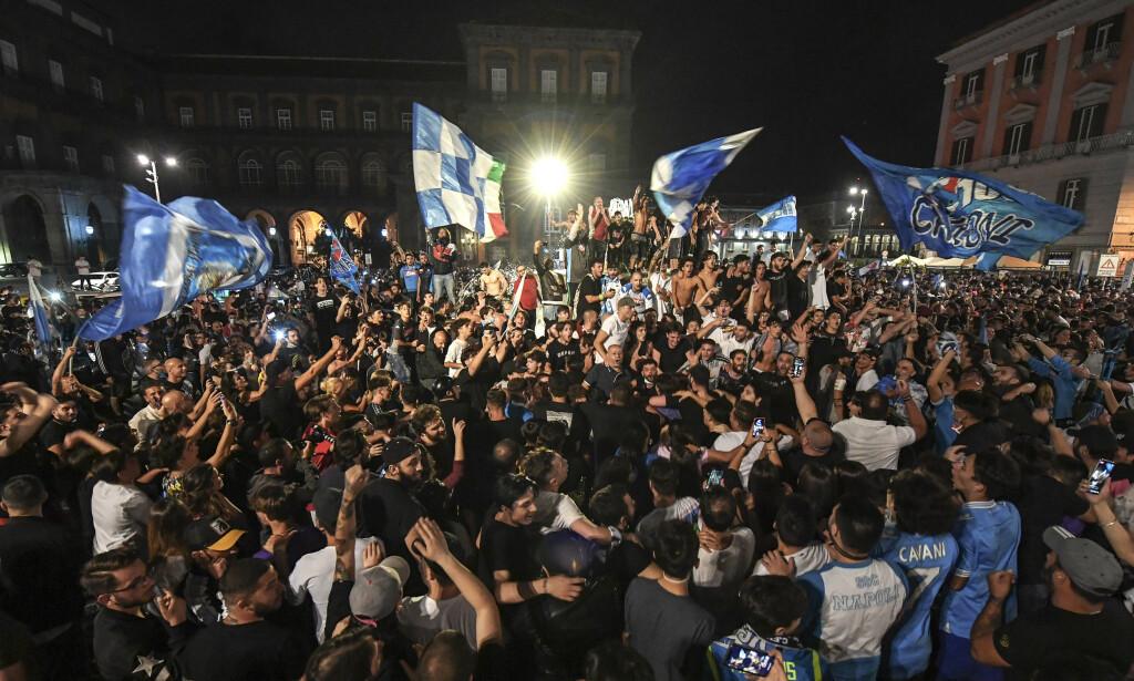 FOLKEFEST: Feiringen av Napolis cupgull, som skulle foregå i små grupper, ble en gedigen folkefest. Foto: PA/NTB Scanpix