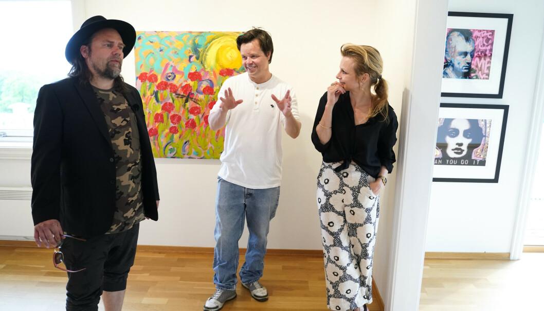 VENNER OG FAMILIE: Per Heimly, Espen Behn og Anja Bjørshol under presentasjon av utstilling med Ari Behns verker på Galleri Varden på Jeløya. Foto: Fredrik Hagen / NTB scanpix