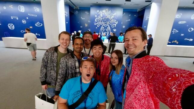 Khoa Pham i midten, sammen med kollegene sine i Shortcut, under fjorårets WWDC. 📸: Privat