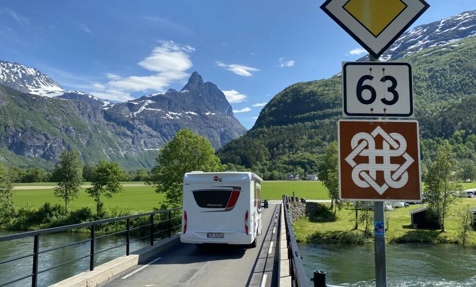 SOMMERGLEDE: Caroline Paviet reiste fra Oslo til Hotel Union Øye for å oppleve det beste av Vestlandet. Nå opplever hotellet rekordsommer. Foto: Odd Roar Lange/Dagbladet.