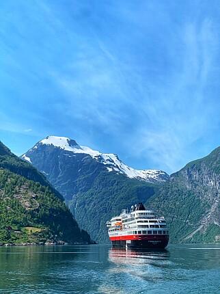 Alene på fjorden: MS Finnmarken er foreløpig alene på Geirangerfjorden. Foto: Daniel Skjeldam/Hurtigruten