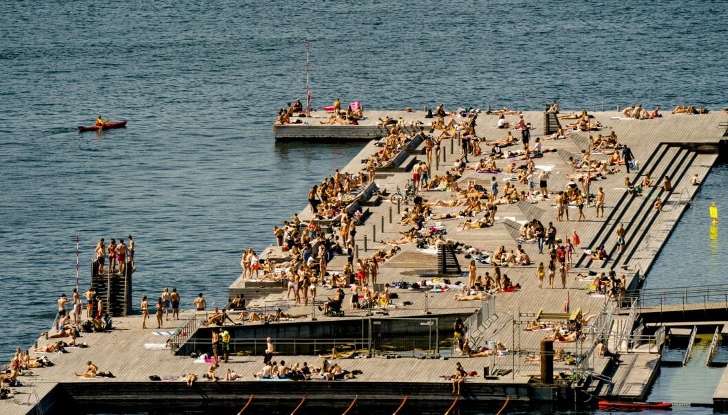 SØRENGA: Byvettreglene innebærer at folk må holde minst en meters avstand til andre. Her Sørenga en sommerdag i år. Foto: Stian Lysberg Solum / NTB scanpix.