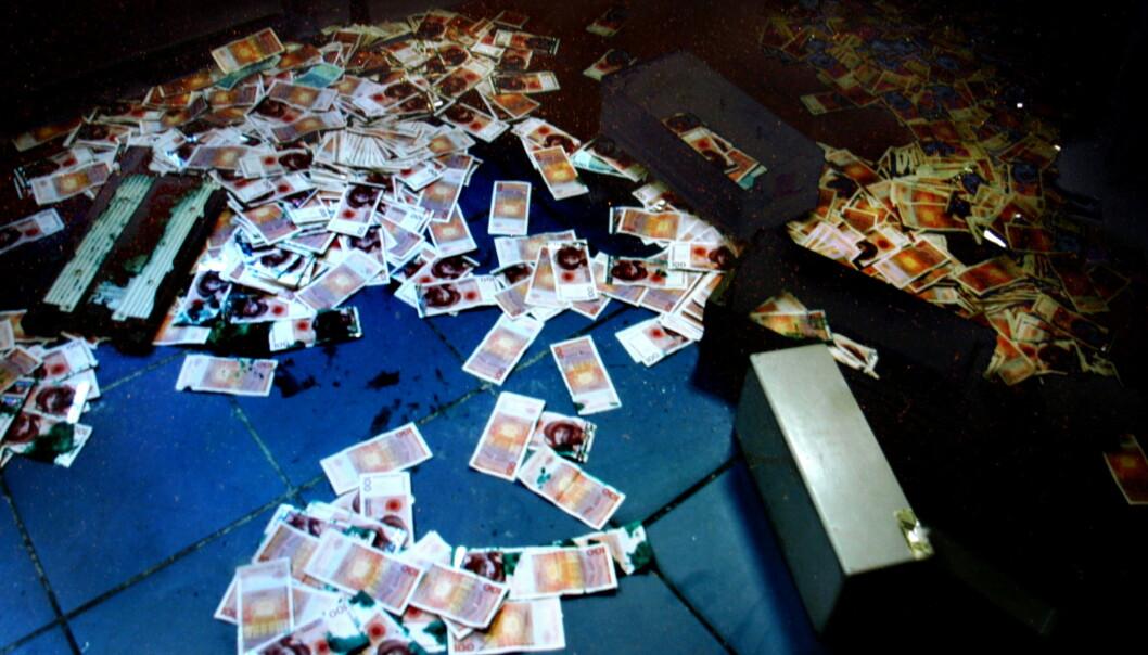 LÅ STRØDD: Sedlene lå strødd inne i lokalene etter ranerne forlot bygget. Foto: Politiet