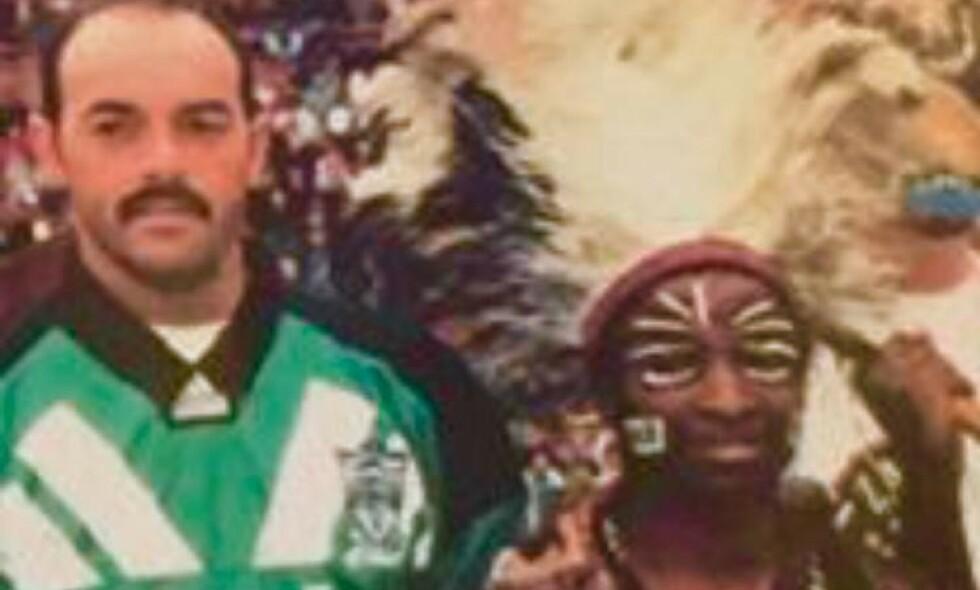HEKSEDOKTOR: Bruce Grobbelaar og heksedoktoren som skal ha kastet en forbannelse over Anfield. Bildet er gammelt og derfor litt uklart. Foto: Privat