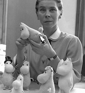 KJÆR: Tove Jansson ga ut den første Mummi-boka i 1945. Siden har unge og gamle verden over lagt sin elsk på eventyruniverset i Mummidalen. Her er Tove Jansson selv avbildet i 1956. Hun døde i 2001, 86 år gammel. Foto: AP Photo/ LEHTIKUVA / REINO LOPPINEN / NTB scanpix