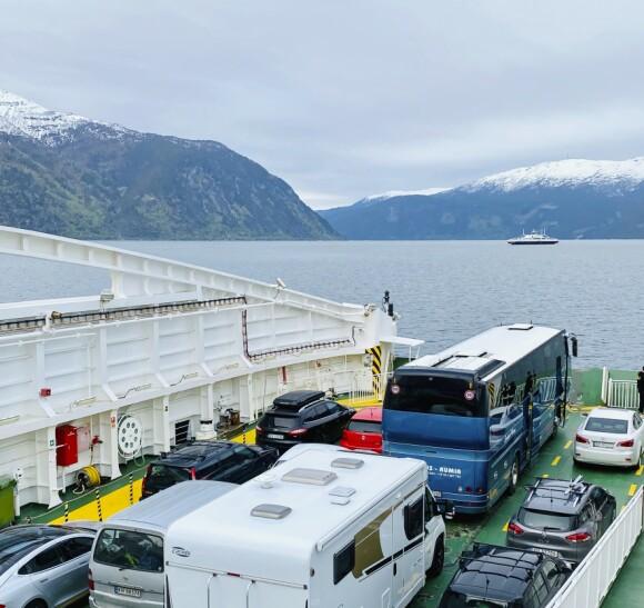 <strong>GODE UTSIKTER:</strong> Vi måtte ta ferje flere ganger underveis. Benytt muligheten til å strekke litt på beina og ta noen fine bilder av de vakre norske fjordene.