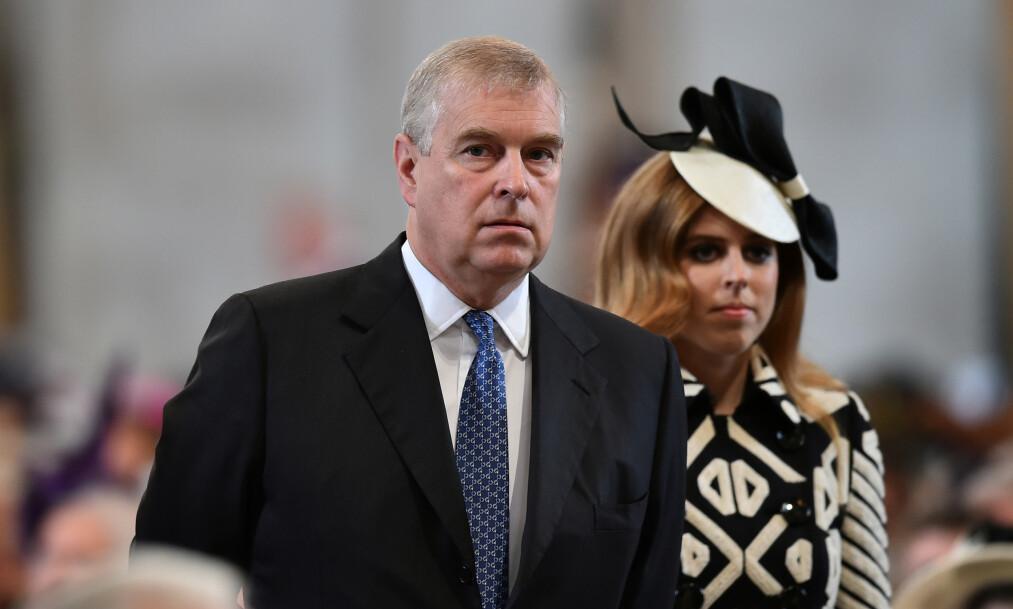FÅR KRITIKK: Storbritannias prins Andrew (60) får hard kritikk i en ny bok skrevet av den britiske kongehus-eksperten Nigel Cawthorne. I boka blir 60-åringen beskrevet som arrogant, selvhøytidelig og skandaløs. Her er han med datteren prinsesse Beatrice. Foto: NTB Scanpix