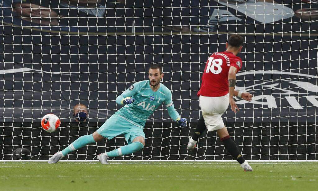 REDDET POENG: Bruno Fernandes reddet poeng for Manchester United etter en straffescoring. Her sender han Hugo Lloris feil vei. Foto: REUTERS / Matthew Childs / Pool