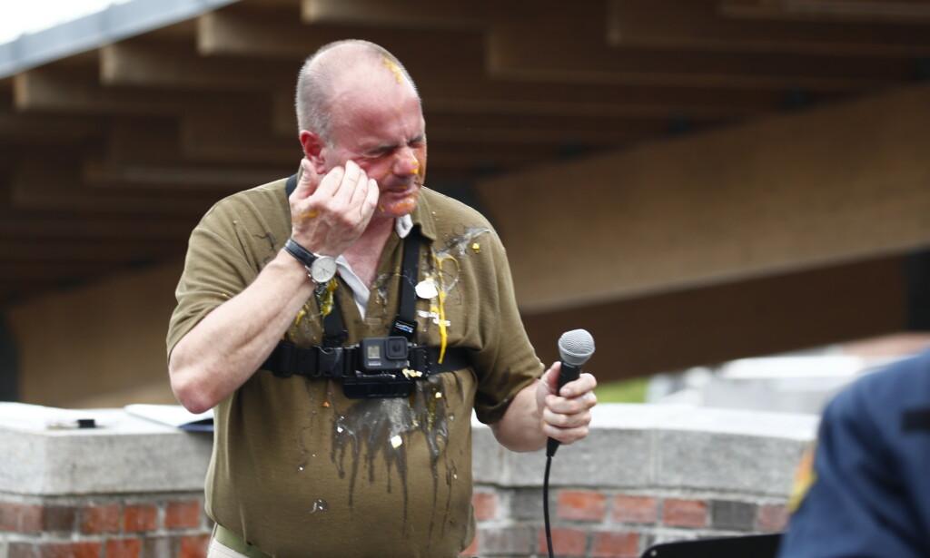 DEMONSTRASJON: Leder Lars Thorsen i Stopp islamiseringen av Norge (SIAN) ble dynket av egg under demonstrasjonen på Mortenserud. Foto: Terje Pedersen / NTB scanpix