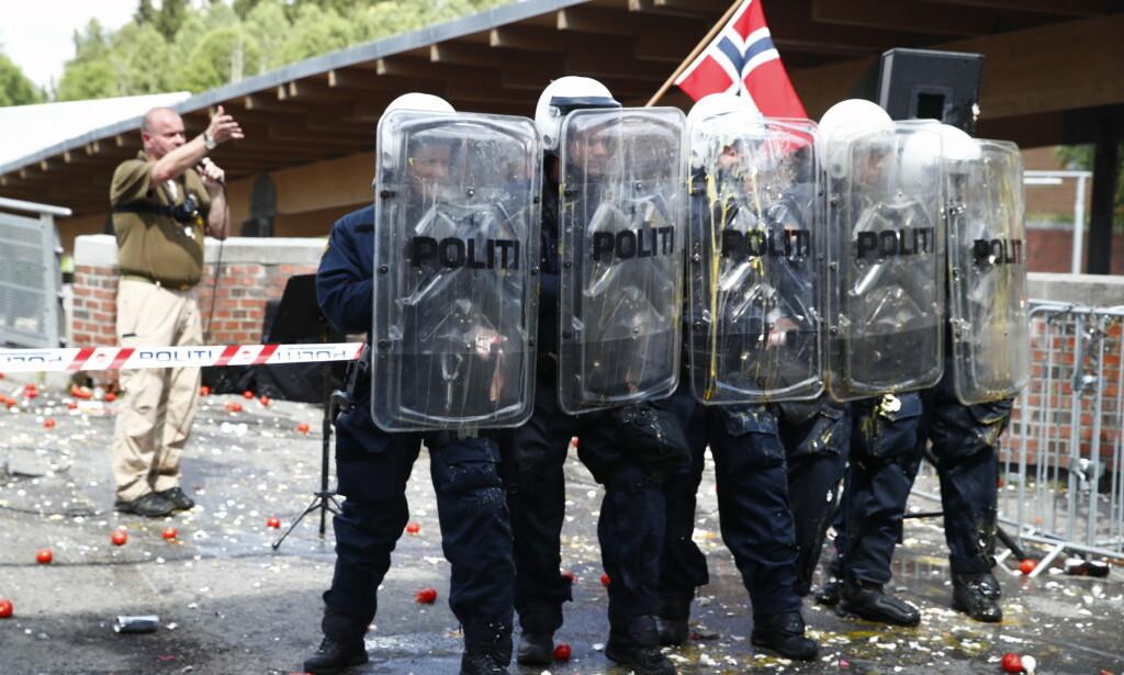 POLITIET: Politiet er på plass med skjold for å beskytte seg selv. Foto: Terje Pedersen / NTB scanpix
