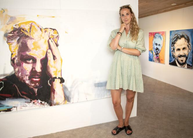 <strong>BIDRAR TIL ENDRING:</strong> Ebba Rysst Heilmann var sammen med Ari Behn i de tre siste åra av livet hans. Nå vil hun bidra til mer åpenhet rundt mental helse, for å forebygge selvmord. Her poserer hun ved en rekke portretter som kunstneren Espen Eiborg har malt. Foto: Andreas Fadum / Se og Hør