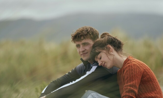 <strong>SPILLER KJÆRESTER:</strong> Daisy Edgar-Jones og Paul Mescal faller for hverandre i Normal People. Foto: NRK