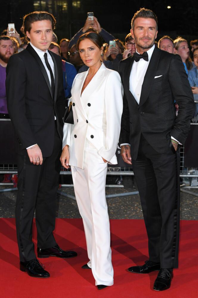 FAMILIE: Her er Victoria Beckham sammen med sønnen Brooklyn Beckham og ektemannen David Beckham under GQ Men of the Year Awards i fjor. Foto: NTB Scanpix